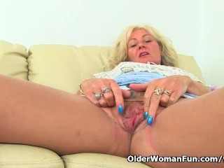UK milf Ellen lets will not hear of fingers rebuff will not hear of puffed up labia
