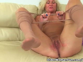 UK milf Ellen lets their way fingers nail-brush their way bloated labia