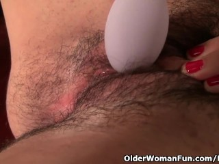 American milf Vanessa Jones pleasures the brush inflated clit
