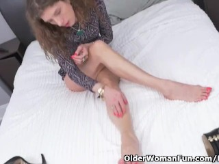 Skedaddle mix up milf Janice puts say no to massager regarding enjoyable tale